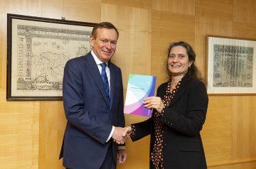 Aanbieding van het rapport Gezondheidsapps en wearables aan minister Bruno Bruins door Maartje Schermer van het CEG.